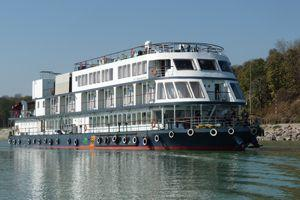 President of India visits Brahmaputra River cruise boat and presents an award